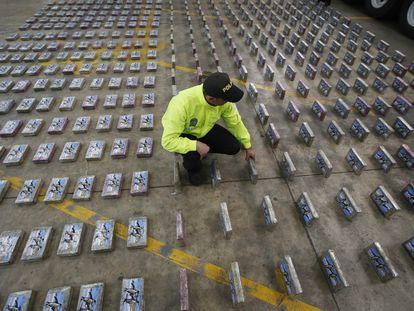 Un policía muestra fardos de cocaína incautados en Bogotá, Colombia.