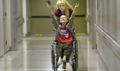 Cyndie French empuja la silla de su hijo Derek antes de que el niño se someta a una extracción de médula ósea.