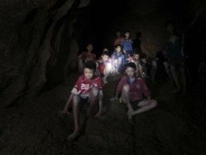 Las lluvias del Monzón les sorprendieron hace 10 días mientras visitaban la gruta, de 10 kilómetros de longitud y con zonas inundadas y taponadas por el barro