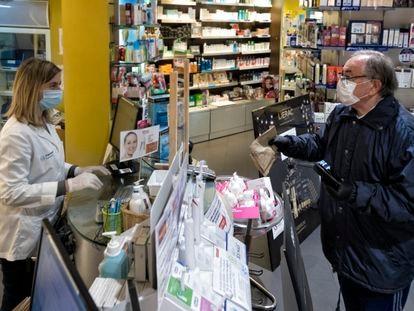 Primer día de venta de mascarillas protectoras subvencionadas por la Generalitat de Catalunya.