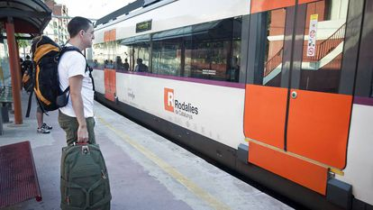 Unos usuarios esperan un tren de Rodalies.