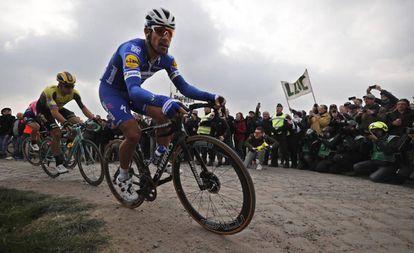 Philippe Gilbert en un tramo de pavé de la Paris-Roubaix.