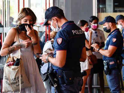 Control policial en la Estación Puerta Garibaldi de Milán, Italia, donde el acceso al transporte público se ha restringido para los no vacunados.