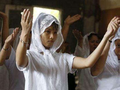 Mujeres filipinas participan en un ritual contra la enfermedad.