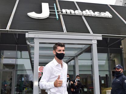 Morata, a las puertas del centro médico de la Juventus en el que pasó el reconocimiento médico este martes. / EFE
