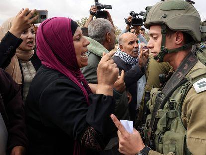 Una manifestante palestina discute con un soldado israelí, el viernes en el asentamiento judío de Susiya, en Cisjordania.