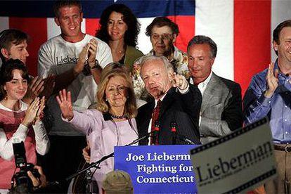 Lieberman, con su esposa, Hadassah, y varios familiares, saluda a los asistentes a un mitin en Hartford, Connecticut.