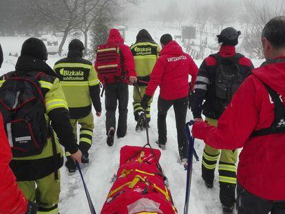 La Unidad de Vigilancia y Rescate de la Ertzaintza y una unidad de Bomberos de Bizkaia durante un rescate en el Gorbea.