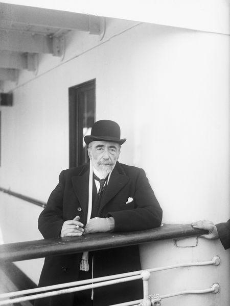 El escritor Joseph Conrad, abordo del S. S. Tuscania en su llegada  a Nueva York, en 1923