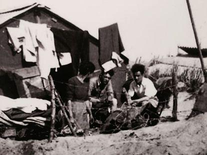 Refugiados españoles sin identificar en el campo de Argelés-sur-Mer.