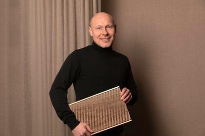 Mads Kogsgaard Hansen, director global de producto de Bang & Olufsen, sostiene el nuevo producto de la casa, el altavoz inalámbrico BeoSound Level.