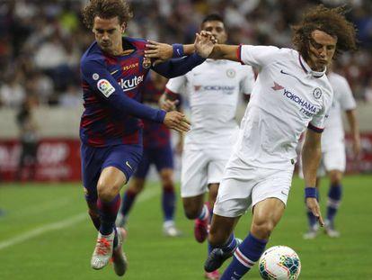 Griezmann y David Luiz pugnan por el esférico.