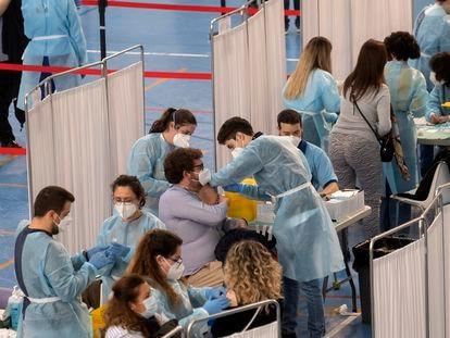 Sanitarios administran la vacuna AstraZeneca en el pabellón deportivo del SADUS de la Universidad de Sevilla.