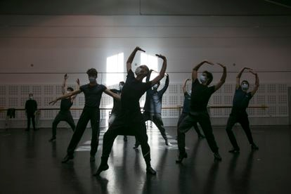 The choreographer Rubén Olmo rehearses with the dancers of the Spanish National Ballet last Monday.