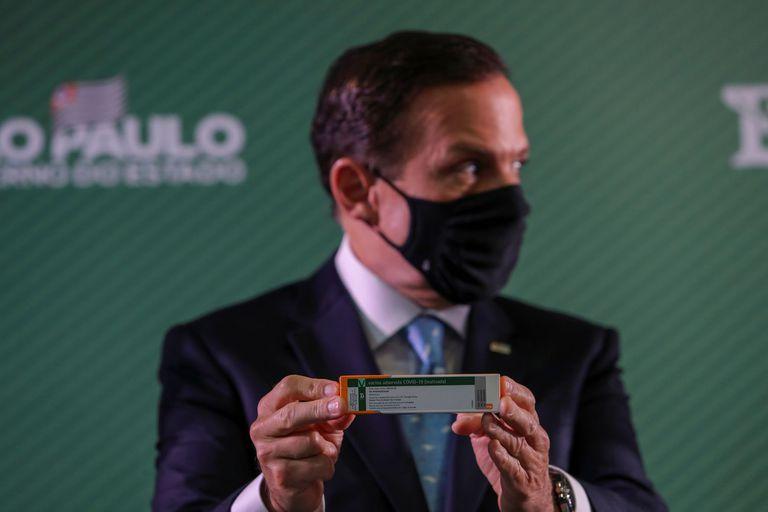 El gobernador de São Paulo, João Doria, sostiene una caja de la CoronaVac durante una rueda de prensa, el 7 de enero.