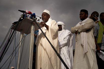 El imam Mahmud Dicko, en la manifestación del pasado 5 de junio en Bamako que reclamaba la dimisión del presidente maliense.
