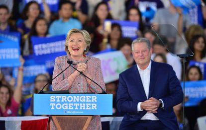 Hillary Clinton hace campaña junto a Al Gore en Florida este martes.