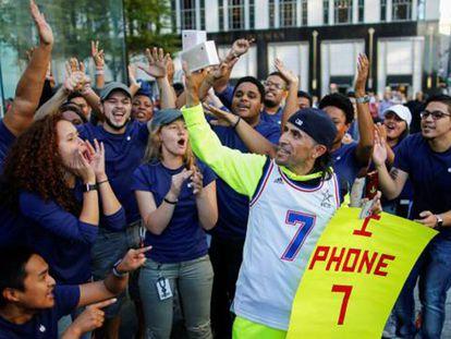 Un comprador del iPhone 7 en Nueva York.