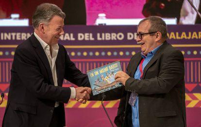 Timochenko recibe de Juan Manuel Santos un libro infantil para su hijo, tras el encuentro que mantuvieron en la FIL.
