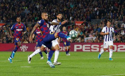 Arturo Vidal marca el segundo gol del Barcelona.