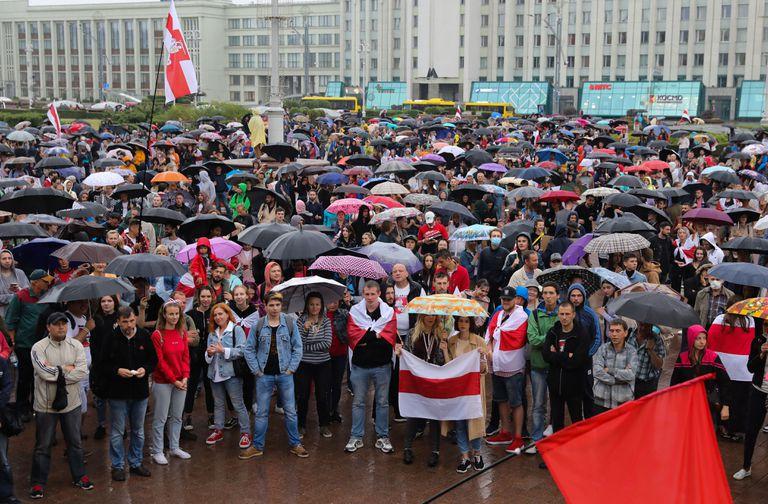 Participantes en una manifestación en apoyo de la oposición bielorrusa, este miércoles, en Minsk.