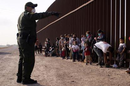 Un guardia de fronteras da instrucciones a un grupo de solicitantes de asilo tras cruzar Río Grande hasta EE UU, en Penitas, Texas, el pasado 17 de marzo.