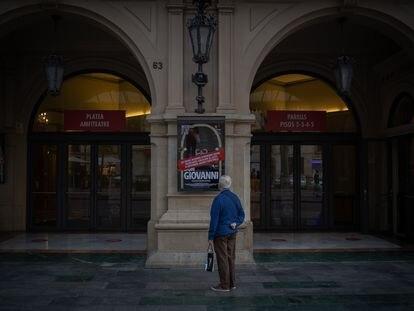 Un hombre mira el cartel de la ópera 'Don Giovanni' en la puerta del Liceo, con las funciones canceladas, tras decretar el cierre la Generalitat el 29 de octubre.