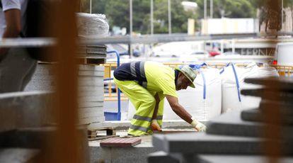 Un obrero trabaja durante la ola de calor, en Madrid.