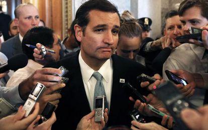 El senador Ted Cruz al término de su discurso de 21 horas en el Capitolio.
