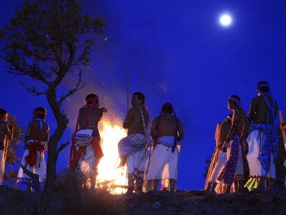 Indígenas rarámuris se reúnen en Norogachi para festejar el inicio del ciclo agrícola.