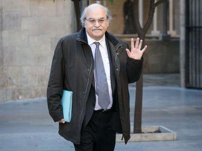 El exconsejero de Economía de la Generalitat, Andreu Mas-Colell, saluda a los periodistas en el Palau de la Generalitat el pasado 6 de abril.