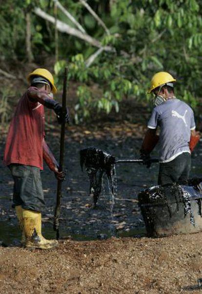 Trabajadores de Chevron limpian la zona contaminada en 2007.