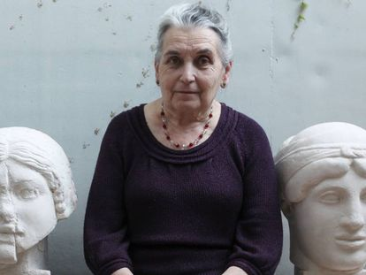 La artista María Moreno en el jardín de su casa de Madrid junto a dos esculturas de Antonio López.