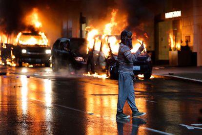 Coches ardiendo este sábado durante las protestas por la muerte de George Floyd en Seattle.