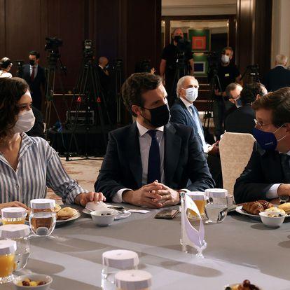 GRAF5306. MADRID, 07/09/2021.- La presidenta de la Comunidad de Madrid, Isabel Díaz Ayuso (i) y el alcalde de Madrid, José Luis Martínez-Almeida (d) conversan con el líder del PP, Pablo Casado (c) durante el desayuno informativo del Fórum Europa este martes en Madrid. EFE/J.J. Guillén