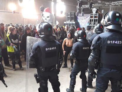 Agentes de Mossos d'Esquadra desalojan la 'rave' en Llinars del Vallès (Barcelona), este sábado