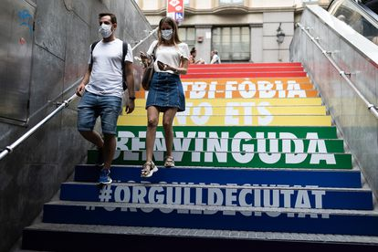 Estación de metro de Barcelona con mensaje contra la lgtbifobia