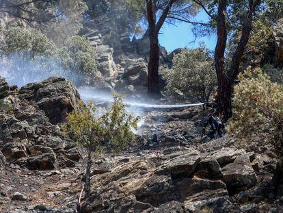 Labores de extinción en el incendio del pantano de San Juan, en la Comunidad de Madrid.