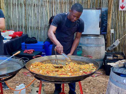 Paella en el mercado de Oranjezicht en Granger Bay, Ciudad del Cabo. J.C.CAPEL