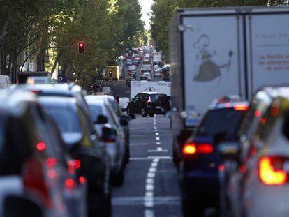 Circulación lenta de vehículos en el Paseo de la Castellana de Madrid.