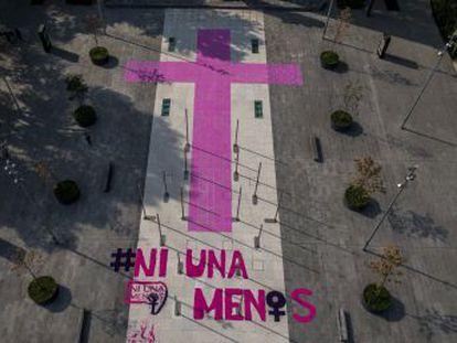 Unas 40 organizaciones impregnan en todo el país cruces rosas, símbolo de la lucha contra el feminicidio