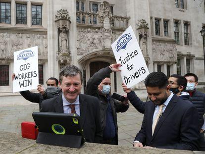 Conductores de Uber celebran este viernes la sentencia ante el Tribunal Supremo de Reino Unido, en Londres.