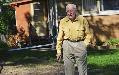 Michael Karkoc, en mayo de 2014, en la puerta de su casa de Minneapolis.