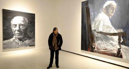 Yan Pei-Ming entre dos de sus obras, en el CAC Málaga.