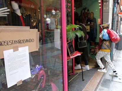Dos clientes entran en una tienda adscrita a la campaña contra los robos.