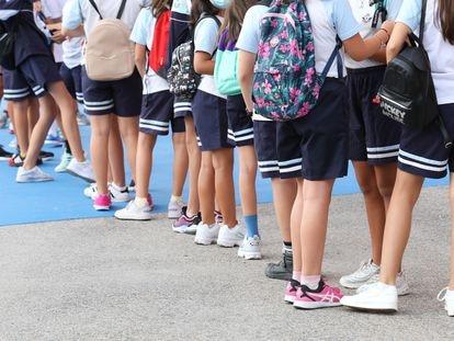 Un grupo de niños espera para entrar en el colegio Maestro Padilla de Madrid el pasado lunes.