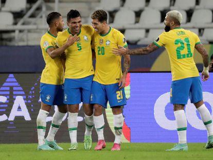 Los jugadores de Brasil celebran el gol de Casemiro ante Colombia.