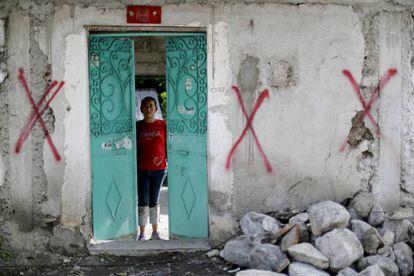 Nadia Rosas tras una puerta en Puebla.