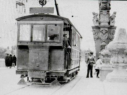 Un tranvía en el puente de toledo en 1905.