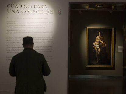 Un visitante en la muestra 'Cuadros para una colección', en el nuevo centro cultural de la Fundación Cajasol en Sevilla. A la derecha, 'Jesús atado a la columna' (hacia 1670), de Valdés Leal